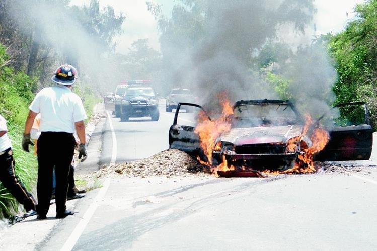 Fuego destruye vehículo en la ruta entre Sanarate y Sansare, El Progreso. (Foto Prensa Libre: Héctor Contreras)
