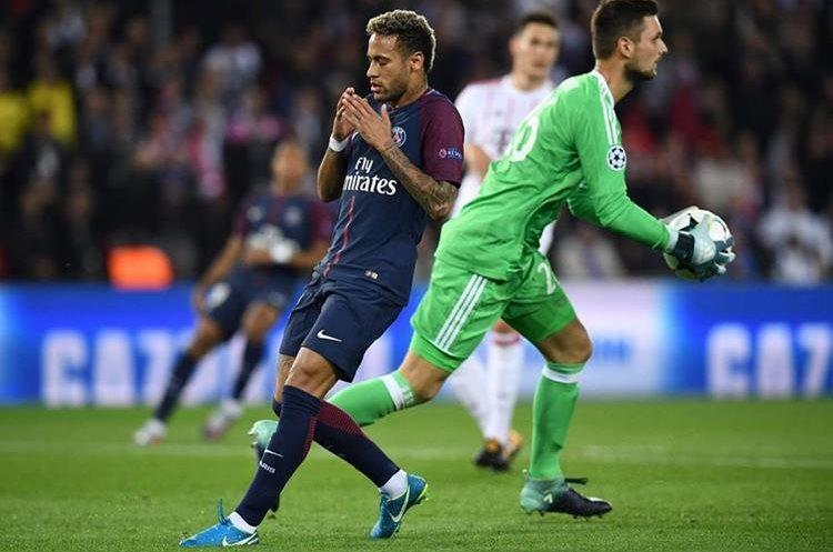Neymar se lamenta luego de no poder vencer Sven Ulreich.