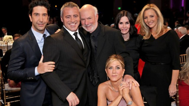 Los actores rindieron homenaje al director James Burrows (al centro y de pie)