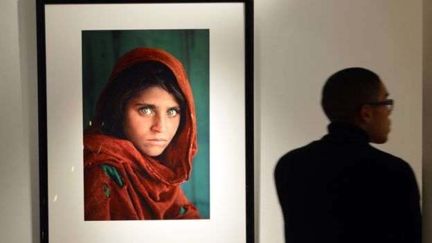 Sharbat Gula apareció en una de las portadas más icónicas de la revista National Geographic.  GETTY IMAGES