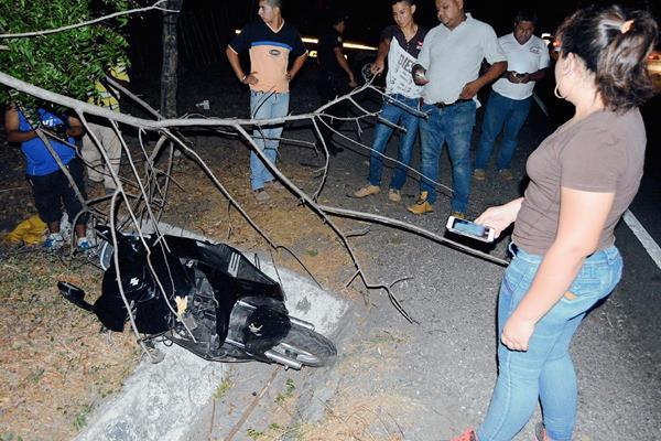 Una motocicleta  en la que viajaba un joven que murió atacado a balazos, fue localizada a 50 metros del cadáver. (Foto Prensa Libre: Víctor Gómez)