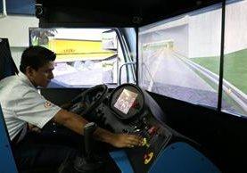os participantes en el programa son capacitados en simuladores, lo que permite practicar manejo en cualquier carretera, sin riesgo para alguien. (Foto Prensa Libre: Enrique Paredes)
