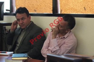 Mynor Manuel López Barrios (derecha) junto a su abogado en salón dos del Tribunal de Sentencia en la cabecera de Huehuetenango. (Foto Prensa Libre: Mike Castillo)