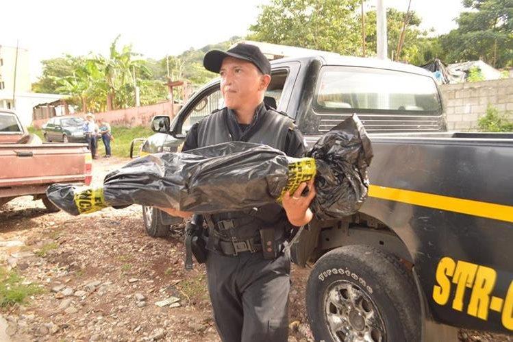 El cuerpo del menor fue trasladado por un la Policía Nacional Civil. (Foto Prensa Libre: Oswaldo Cardona)