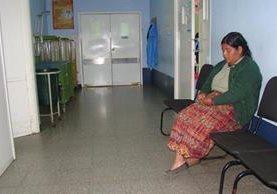 Roselia Chávez, tía de los menores fallecidos, espera noticias de su hermana internada en el intensivo del hospital de San Marcos.(Foto Prensa Libre: Whitmer Barrera)