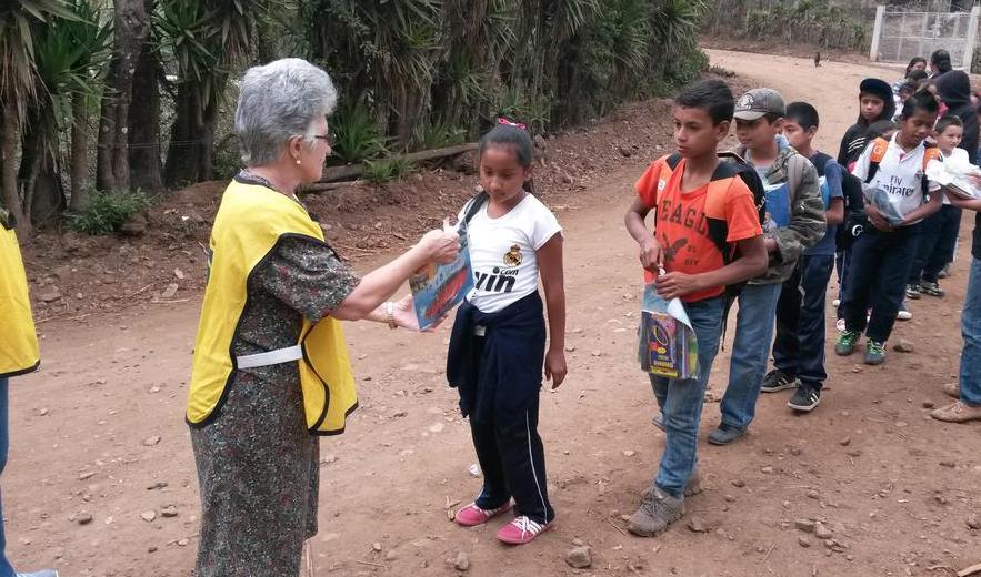 Doña Vicky dedica su tiempo a cuidar enfermos y niños. (Foto Prensa Libre: Mormond Sud)