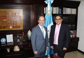 Jorge de León Duque y Jordán Rodas Andrade se reunieron hoy como parte del cambio de autoridades de la PDH (Foto Prensa Libre: Cortesía PDH).