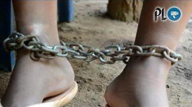 Mujer lleva un año encadenada