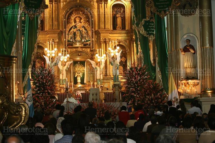 La cofradía del Rosario es la encargada de la organización del adorno del templo. (Foto: Hemeroteca PL)