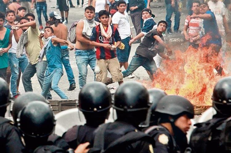 En Marzo, pobladores de Villa Nueva se enfrentaron a la PNC en rechazo a nuevas tarifas de servicios públicos dispuestas por la municipalidad.