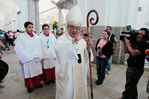 El Arzobispo  Metropolitano, al culminar la misa dominical en catedral.( Foto Prensa Libre: Paulo Raquec)