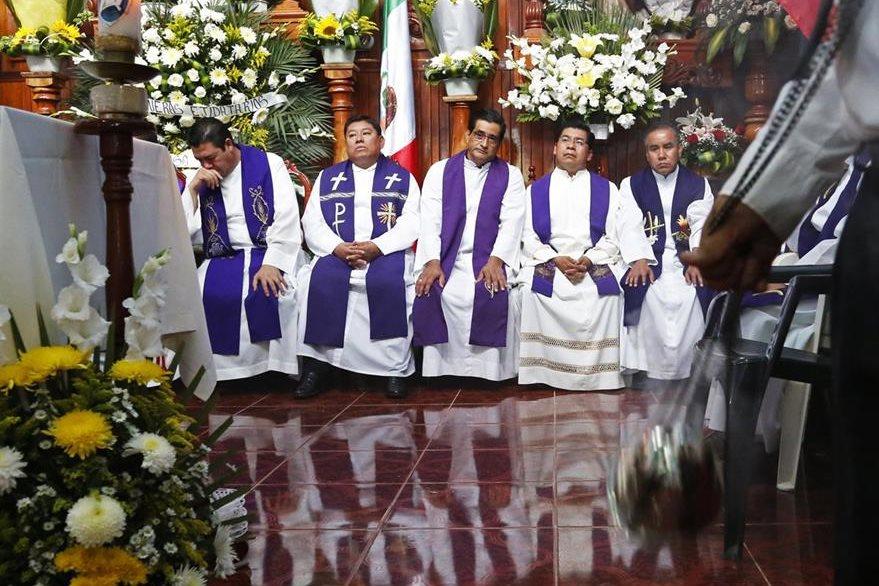 Sacerdotes durante el funeral del reverendo Jose Alfredo Suarez de la Cruz en una iglesia de Veracruz. La iglesia católica mexicana recién lamenta el asesinato de dos clérigos. (Foto Prensa Libre: AP).