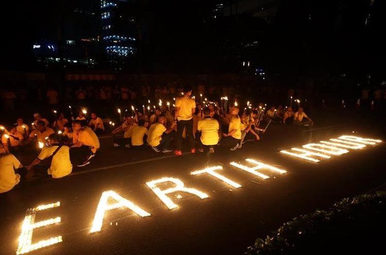 Yakarta, Indonesia, y su peculiar modo de unirse a evento. (Foto Prensa Libre: EFE)