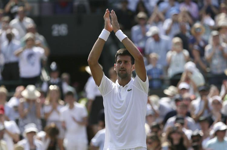 El serbio Novak Djokovic celebró su triunfo en Wimbledon. (Foto Prensa Libre: AP)