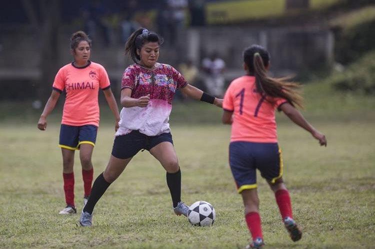 Integrantes del equipo de futbol de la aldea indígena Xejuyup durante un partido amistoso contra la academia del departamento de Chimaltenango en Nahualá. (Foto Prensa Libre: EFE)