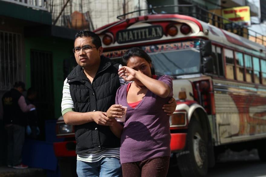 Familiar se retira de la escena del crimen luego de identificar a una de las víctimas. (Foto Prensa Libre: Erick Avila)