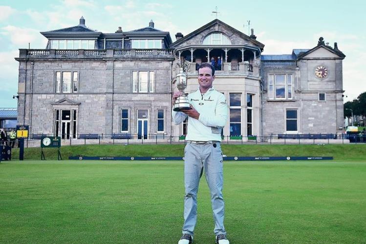 Johnson posa con su trofeo que lo acredita como el rey del Abierto Británico. (Foto Prensa Libre: AFP)