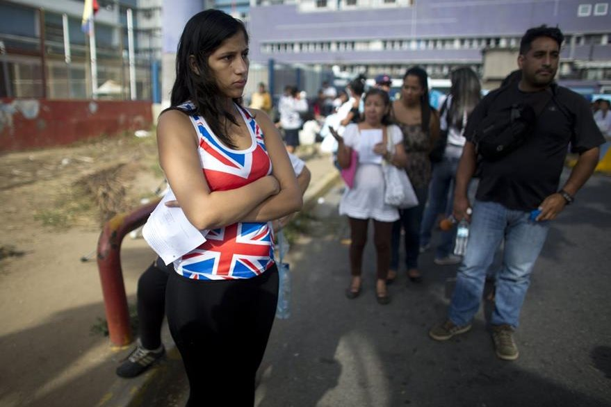 En esta fotografía del 25 de agosto, la madre de Ashley, Oriana Pacheco, hace fila para obtener una cita para efectuarle un ultrasonido a la pequeña. (Foto Prensa Libre: AP).