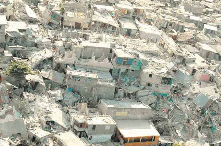 Numerosas casas destruidas se aprecian en un sector de Puerto Príncipe, Haití. (Foto: EFE)