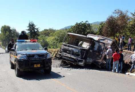 pobladores observan el camión quemado durante los disturbios, el cual transportaba  explosivos.