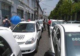 Taxistas protestan frente al Congreso de la República.(Foto Prensa Libre:Estuardo Paredes)