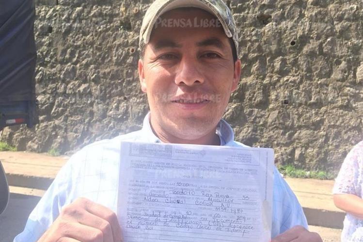 Teodoro Rax Pereira muestra la denuncia que confirma que perdió su DPI. (Foto Prensa Libre:; Eduardo Sam).