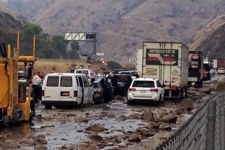 Escombros arrastrados por las inundaciones bloquearon la autopista clave.(Foto Prensa Libre: AP).