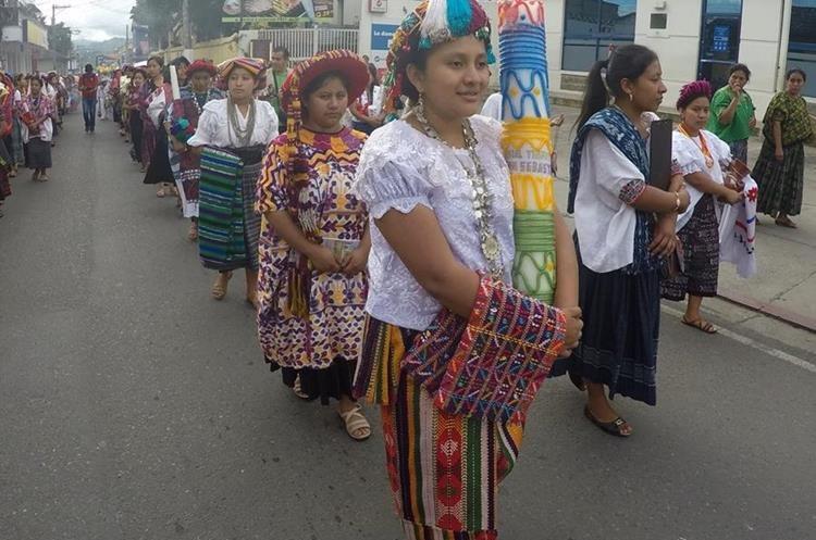 Las representantes de la belleza indígena de 121 municipios participan en un desfile previo a la elección de la Rabín Ajaw, en Cobán Alta, Verapaz. (Foto Prensa Libre: Eduardo Sam)