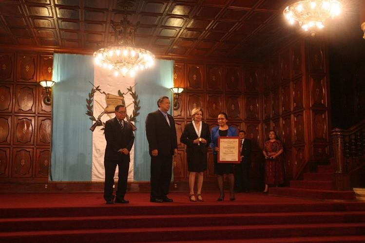 La escritora Carmen Matute —centro— es condecorada con el máximo galardón a las Letras en Guatemala. (Foto Prensa Libre, Brenda Martínez)