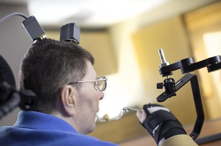 El hombre quedó paralizado de los hombros para abajo después de un accidente en bicicleta en Cleveland, hace 10 años. (Foto Prensa Libre, AP).