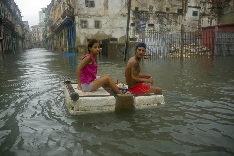 Los habitantes de Cuba sufrieron las consecuencias del huracán Irma. (Foto Prensa Libre: AP).