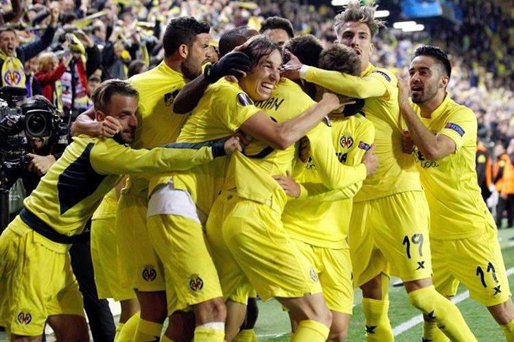 Adrián López festeja con sus compañeros el gol que le permitió el triunfo al Villarreal frente al Liverpool. (Foto Prensa Libre: AFP)