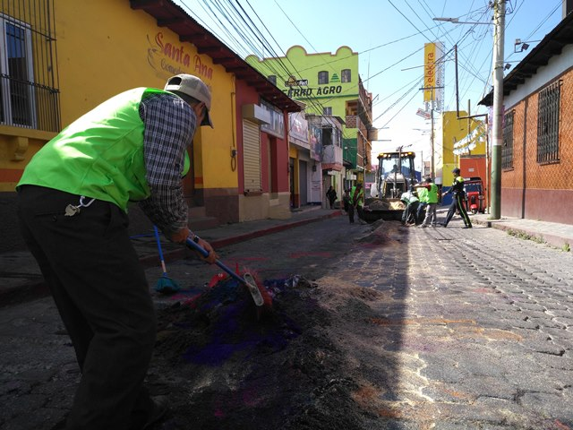 En Sololá se recolectaron 60 toneladas desechos y en Panajachel se reportaron 50 toneladas de basura. (Foto Prensa Libre: Ángel Julajuj)
