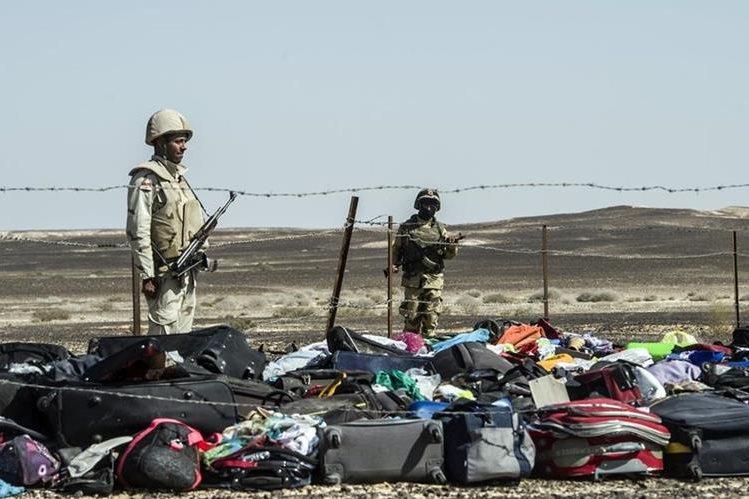 Soldados egipcios resguardan el equipaje y pertenencias de los pasajeros del avión siniestrado. (Foto Prensa Libre: EFE).