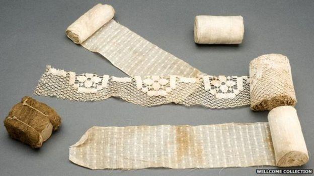 Se hicieron vendas de muchos materiales pero los de esfagno, abajo a la izquierda, eran los más eficaces. WELLCOME COLLECTION
