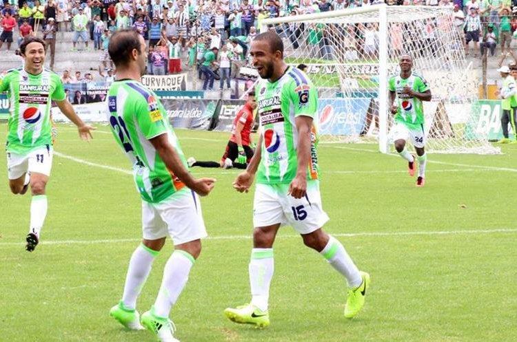 Fredy Thompson celebra junto a José Manuel Contrera el gol del triunfo de Antigua contra Marquense. (Foto Prensa Libre: Renato Melgar).