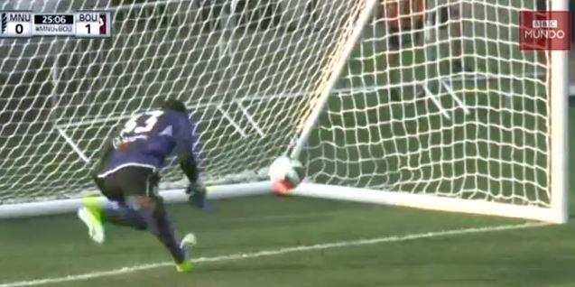 Sammy Ndjock corre por el balón pero no puede evitar que ingrese en su portería. (Foto Prensa Libre: Captura de Video)