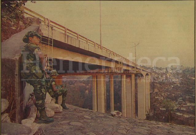 Soldados vigilan el puente del Incienso como parte de las medidad de seguridad durante la Consulta Popular de 1994. (Foto: Hemeroteca PL)