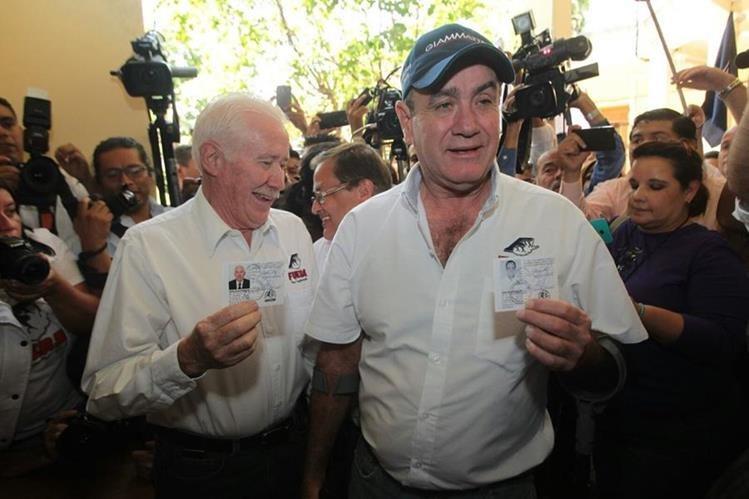 Alejandro Giammattei y Fernando Paíz recibieron sus documentos que los acreditan como candidatos a la presidencia por el partido Fuerza. (Foto Prensa Libre: Álvaro Interiano)