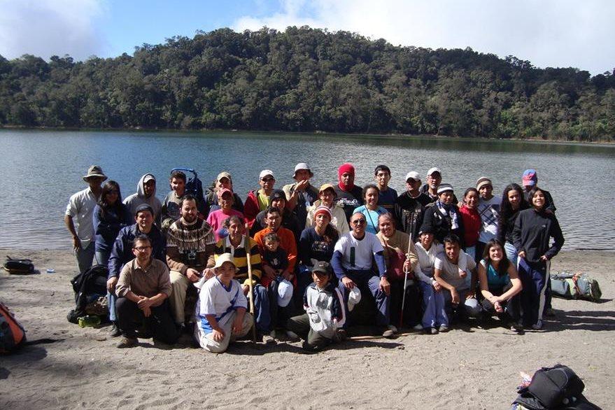 Un grupo de personas no videntes conocieron el Volcán Chicabal en Quetzaltenango. (Foto Prensa Libre: Christian Rodríguez)