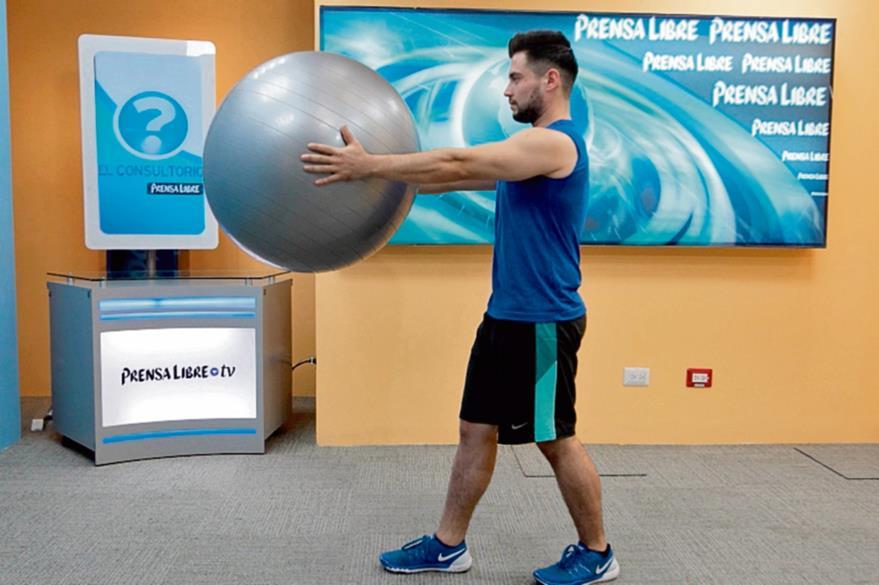 Los ejercicios  de calentamiento estimulan los músculos y deben durar cinco minutos. En la imagen se muestra la posición correcta para practicar  movimientos con los brazos de izquierda a derecha. (Foto Prensa  Libre: Óscar Rivas).