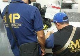 Peritos del MP efectúan allanamientos en empresa supuestamente dedicada a exportar cardamomo. (Foto Prensa Libre: MP)