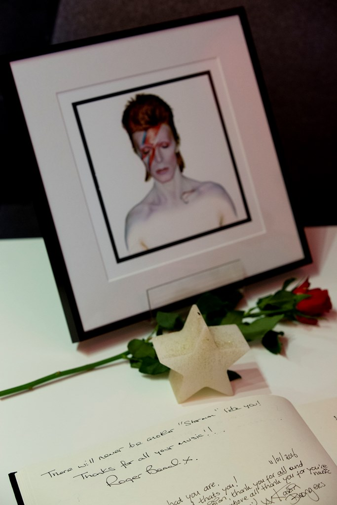 Pancartas, fotos, rosas y otros artículos son los que muestran los seguidores de Bowie y lamentan su muerte. (Foto Prensa Libre: AP)