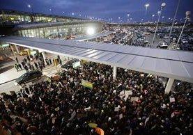 Protestas en el Aeropuerto JFK de Nueva York por detención de musulmanes. (Foto Prensa Libre: AFP)