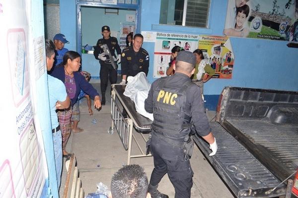 <p>Autoridades trasladan el cadáver de Ubaldo René Osorio a la morgue de Salamá, Baja Verapaz. (Foto Prensa Libre: Carlos Grave) <br></p>