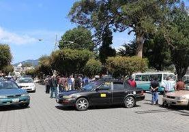 Decenas de taxistas bloquean uno de los accesos a la cabecera departamental de San Marcos. (Foto Prensa Libre: Whitmer Barrera)