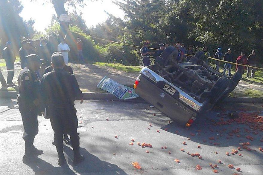Fuerzas de seguridad resguardan el lugar donde dos personas murieron en un accidente de tránsito, en el km 92 de la ruta Interamericana, Chimaltenango. (Foto Prensa Libre: José Rosales)