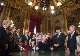 Donald Trump rodeado de su familia en la Casa Blanca depués de firmar sus primeros decretos presidenciales. (Foto Prensa Libre: AFP).