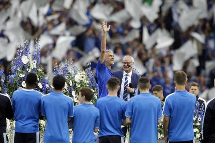 El público y los jugadores ovacionaron a Bocelli tras su actuación en el King Power Stadium. (Foto Prensa Libre: AP)