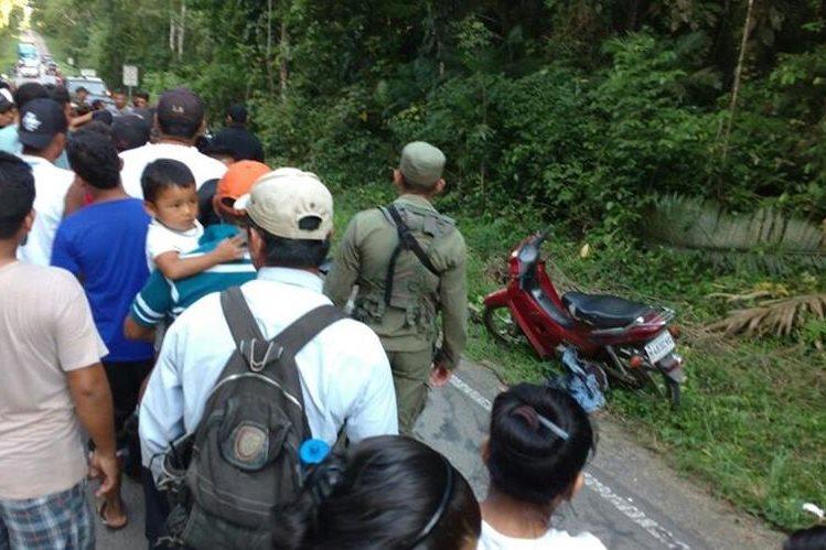 Decenas de curiosos llegaron a lugar donde fueron atacadas María Guadalupe Carrascosa y su hija Amarelis Pérez Carrascosa. (Foto Prensa Libre: Rigoberto Escobar)